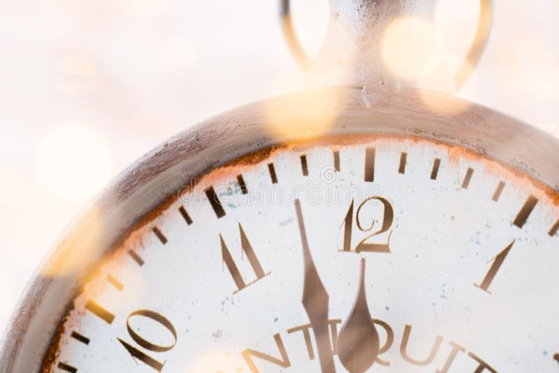 Abstrakter Hintergrund mit Feuerwerken und Uhr nah an Mitternacht Weihnachten und guten Rutsch ins Neue Jahr Vorabendhintergrund lizenzfreie stockfotografie
