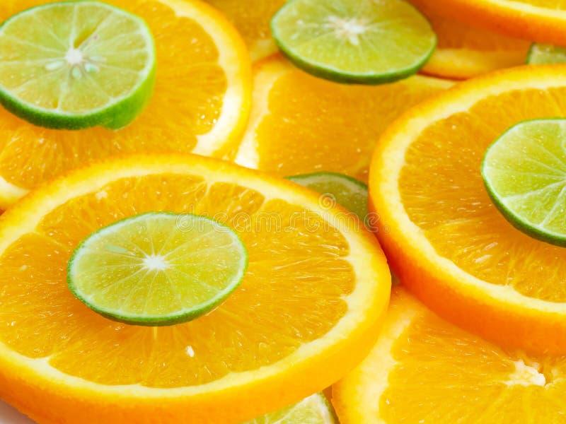 Abstrakter Hintergrund mit Zitrusfrucht von Orangen- und Kalkscheiben Schließen Sie oben, Seitenansicht lizenzfreie stockbilder