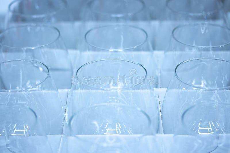 Abstrakter Hintergrund, transparente Weingläser, Nahaufnahme, viele Licht lizenzfreie stockfotos