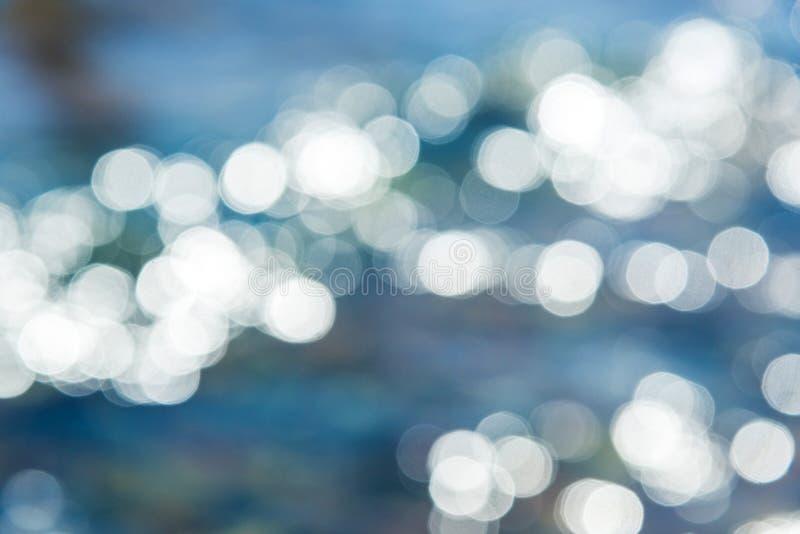 Abstrakter Hintergrund, Unschärfegreller glanz auf funkelndem Wasser lizenzfreies stockfoto