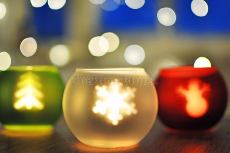 Abstrakter Hintergrund verwischte Weihnachtskerzen und feenhafte Lichter stockfotografie