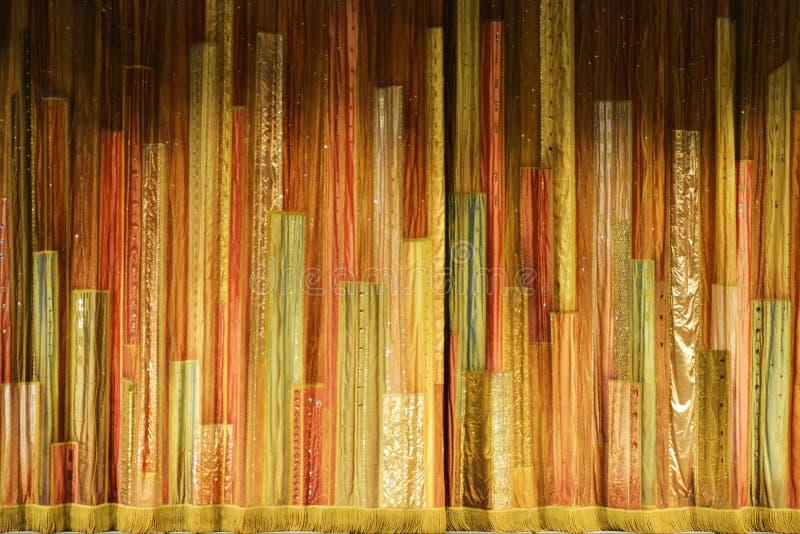 Abstrakter Hintergrund von Farbstreifen in Form eines Konzertvorhangs lizenzfreies stockbild