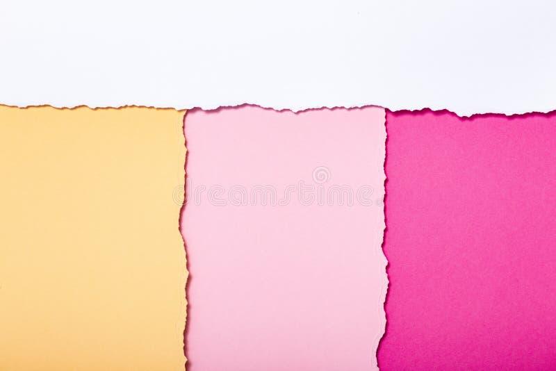 Abstrakter Hintergrund von mehrfarbigen Streifen der heftigen Pappe, die vertikal, Draufsicht liegt stockbilder