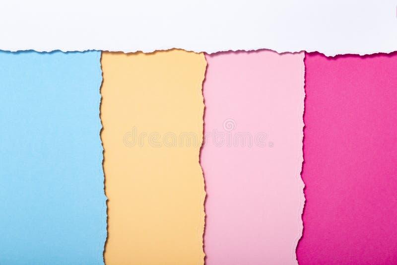 Abstrakter Hintergrund von mehrfarbigen Streifen der heftigen Pappe, die vertikal, Draufsicht liegt lizenzfreie stockbilder