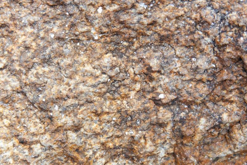 Abstrakter Naturgrunge-Beschaffenheitshintergrund des dunkelbraunen Granitrocks stockfotografie
