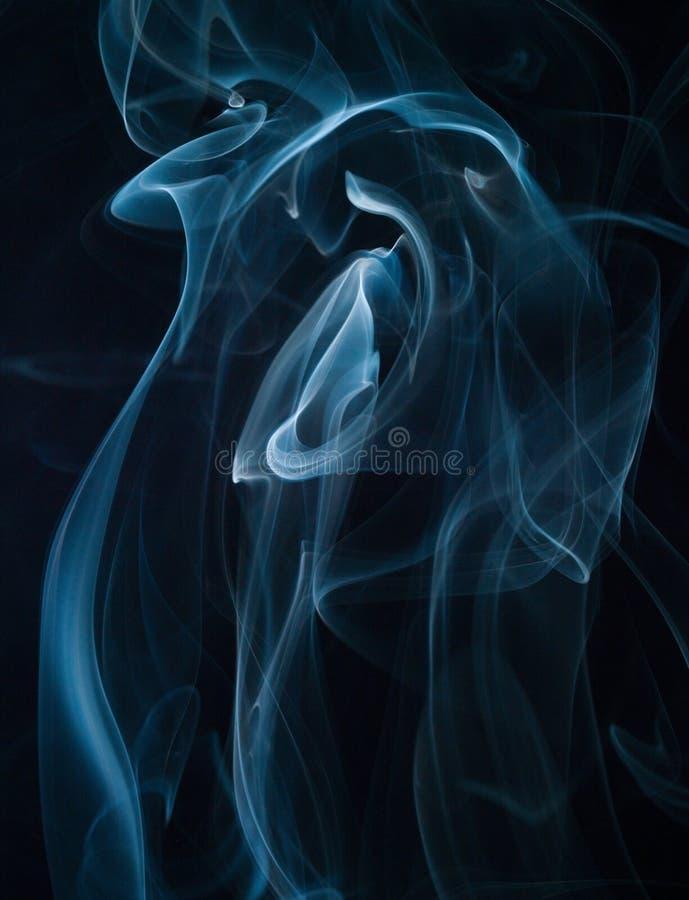 Abstrakter Rauch lokalisiert auf Schwarzem. stockfotos