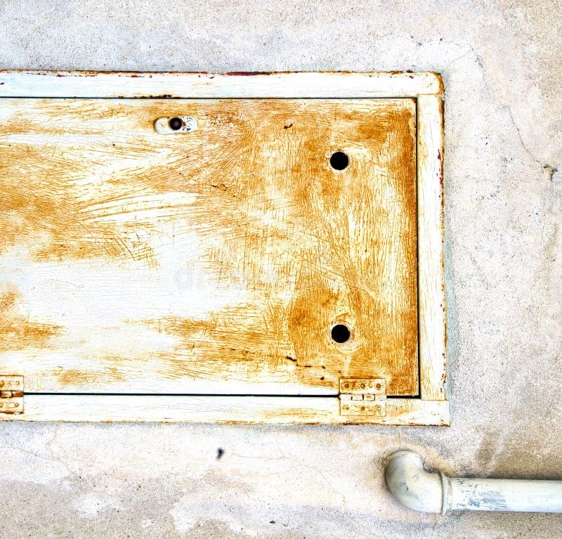 Abstrakter Reißverschluss in einem geschlossenen rostigen Metall-Italien-sumirago lizenzfreies stockfoto