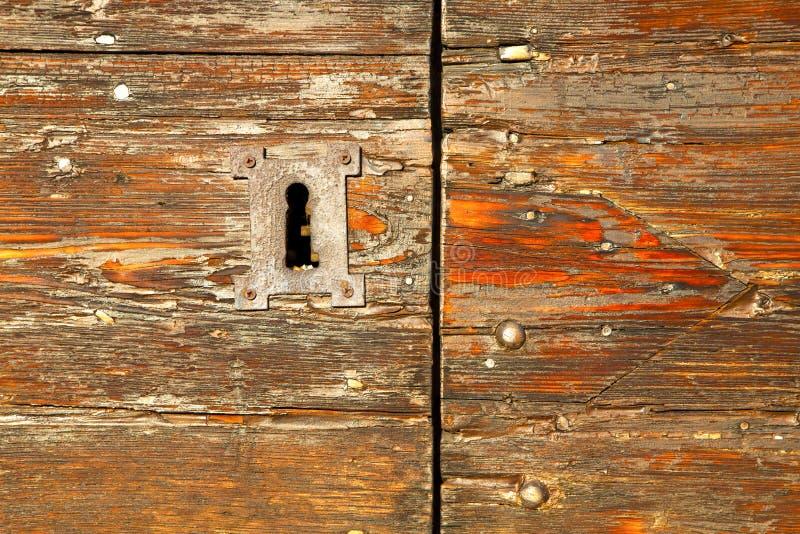 abstrakter roter geschlossener Nagel Haustür-Italiens Lombardei lizenzfreie stockbilder