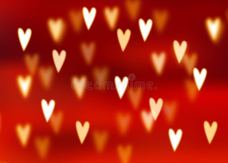 Abstrakter roter Hintergrund mit goldenem Herzen formte bokeh Lichter stock abbildung
