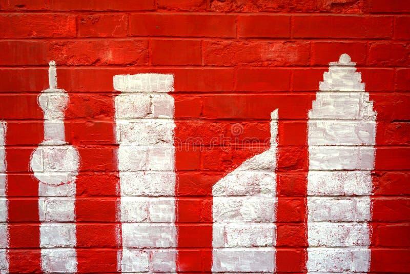 Abstrakter Schmutzhintergrund - Wand des roten Backsteins und Shanghai-` s morden buliding Graffiti stockfotos