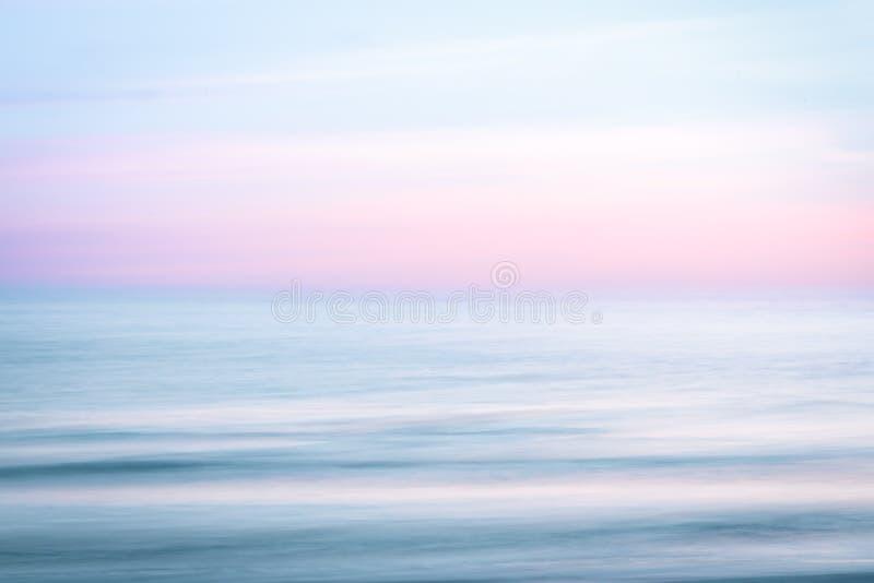 Abstrakter Sonnenaufganghimmel- und Ozeannaturhintergrund lizenzfreies stockbild