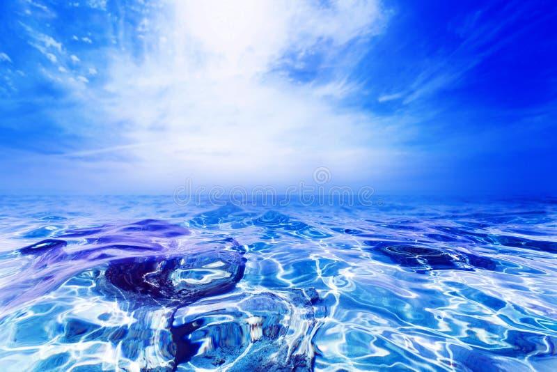 Abstrakter sonniger Tagesseeparadieshintergrund stockfoto