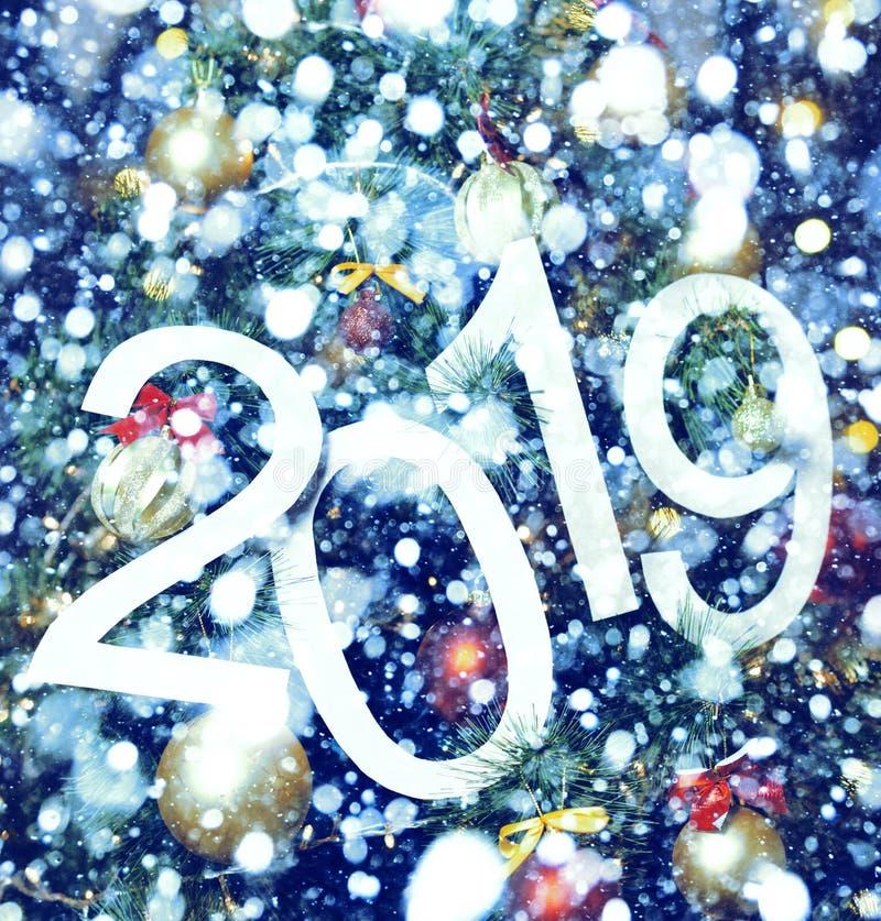 abstrakter Text 2019 auf blauem Hintergrund des Weihnachtsbaums und der Lichter - heller Feiertagshintergrund stockfotos