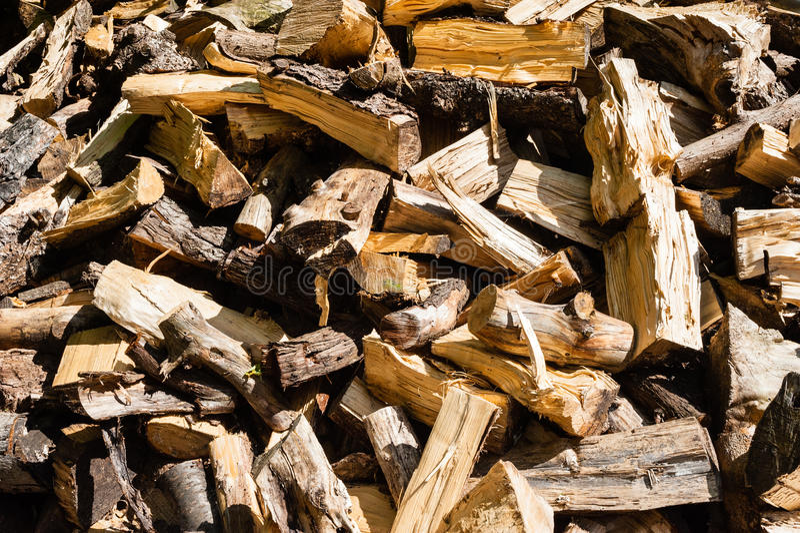 Abstrakter unordentlicher Stapel des gehackten Brennholzes stockfotografie