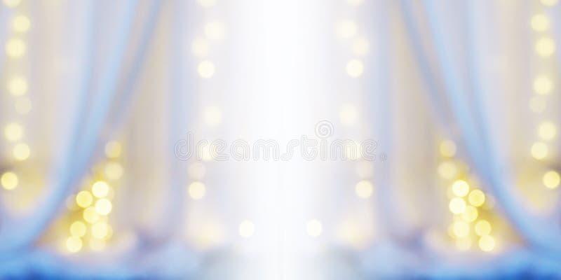Abstrakter Unschärfehintergrund des weißen Vorhangs mit Glühlampe bokeh lizenzfreie stockfotografie