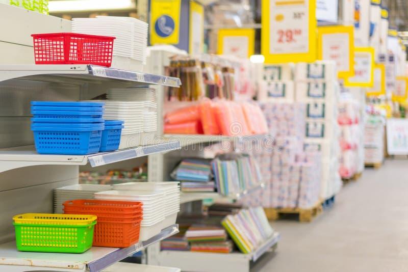 Abstrakter Unschärfesupermarkt-Diskontergang und defocused Innenhintergrund der Produktregale Supermarkt-Gang und Regale herein stockfotografie