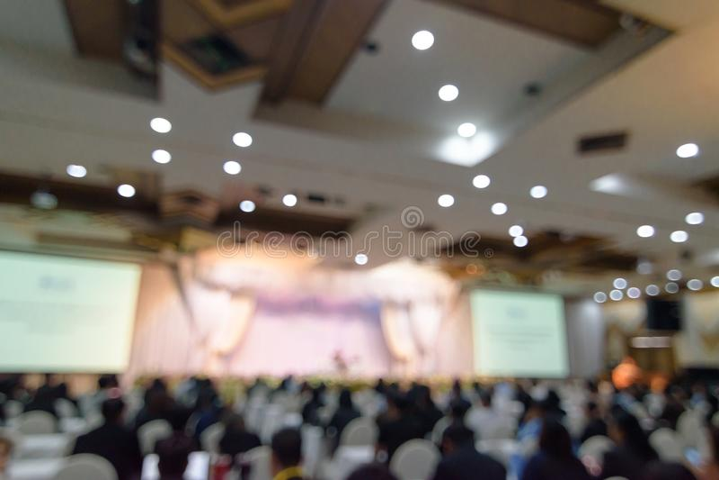 Abstrakter unscharfer Fotohintergrund von Geschäftsleuten im Konferenzsaal oder im Seminarraum Defocused Leute im Konferenzzimmer lizenzfreie stockbilder