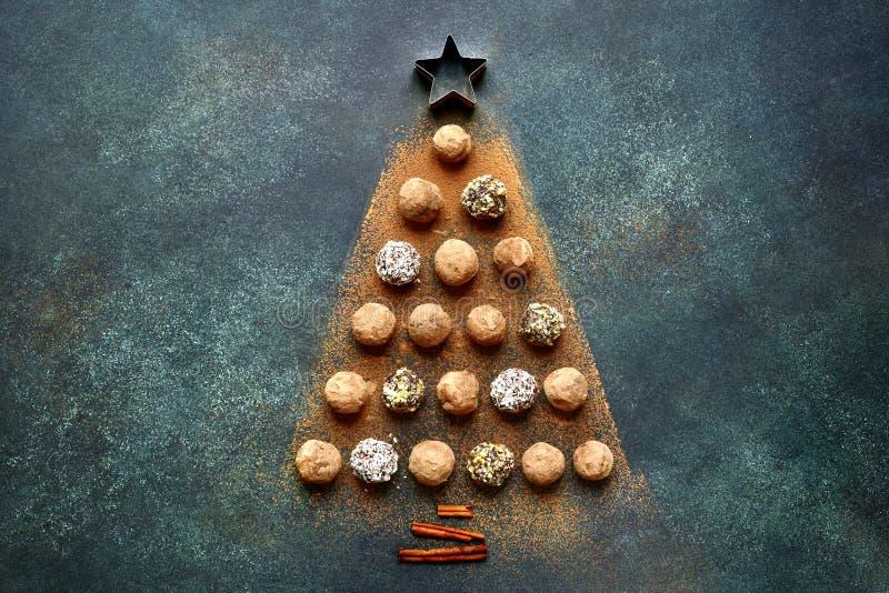 Abstrakter Weihnachtsbaum gemacht von den Schokoladentrüffeln Draufsicht wi stockfoto