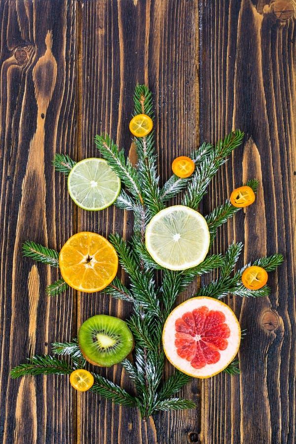 Abstrakter Weihnachtsbaum-Lebensmittelhintergrund mit Pampelmuse, Mandarine, Zitrone, Kalk, japanische Orange stockfoto