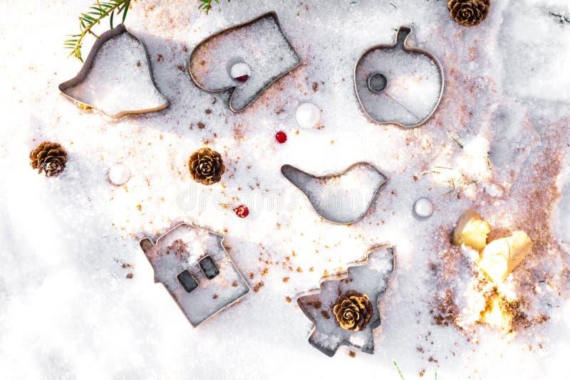Abstrakter Weihnachtsnahrungsmittelhintergrund mit Plätzchenformen stockfoto