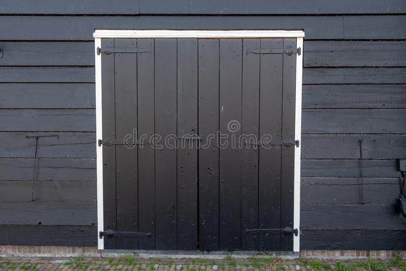 Abstraktes altes Lagerhaus mit geschlossener hölzerner Tür lizenzfreies stockbild