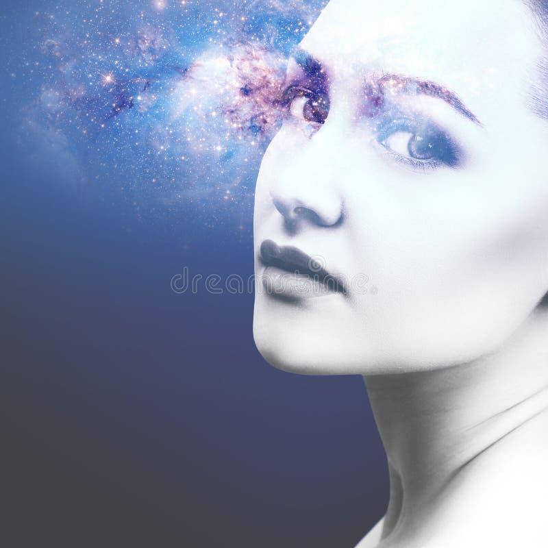 Abstraktes Bild des Frauengesichtes und der kosmischen Galaxie lizenzfreie stockfotografie