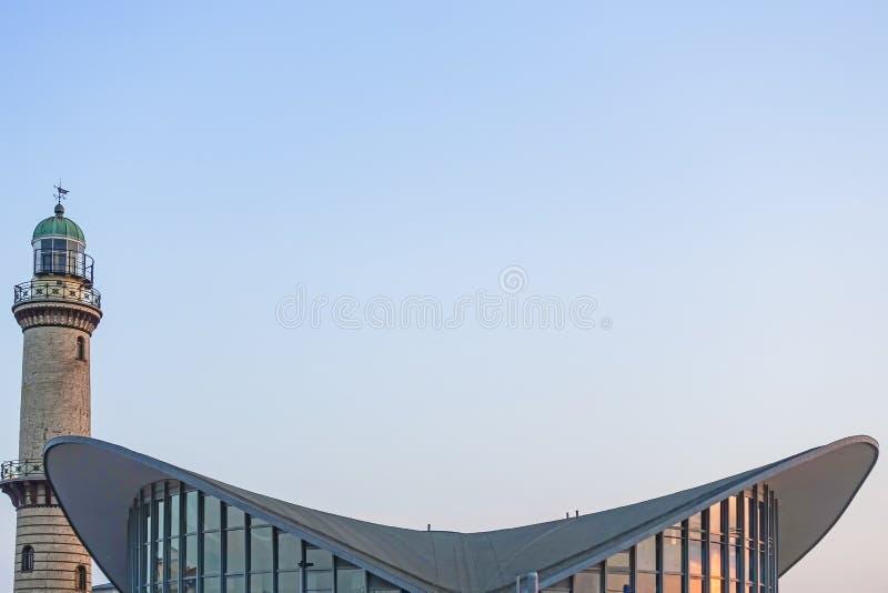 Abstraktes Bild des Leuchtturmes und des berühmten Gebäudes 'Teepott 'in Rostock Warnemuende stockbild