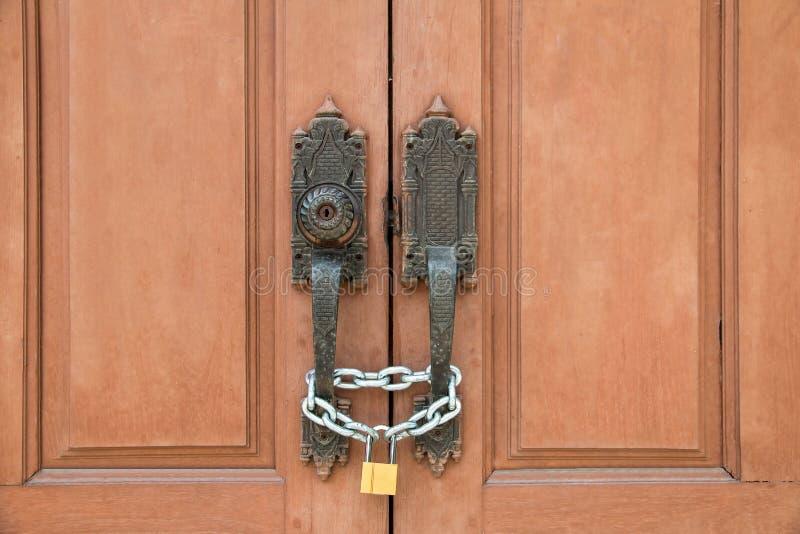 abstraktes Bild des Türschlosses durch Schlüssel, Holztür des Tempels ist lo stockbild