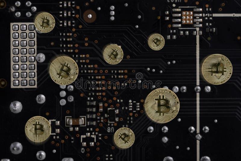 Abstraktes Bild Gegenstücck Schlüsselwährung bitcoin auf dem Hintergrund Computer ` s des Brettes elektronischer Schaltung stockbilder