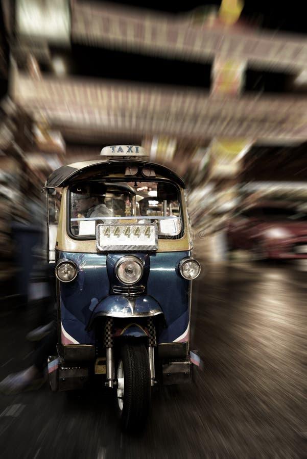 Abstraktes blaues Tuk Tuk mit lautes Summen unscharfem Hintergrund, thailändisches traditionelles Taxi lizenzfreie stockbilder