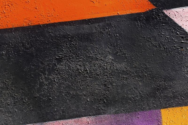 Abstraktes Detail der Metallwand mit Fragment von bunten Graffiti stockfotos