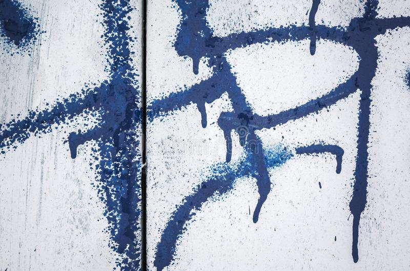 Abstraktes dunkelblaues Graffitifragment lizenzfreie stockbilder