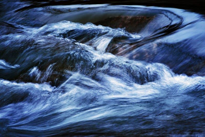 Abstraktes dunkles Chaosdetail über den Fluss lizenzfreie stockfotografie