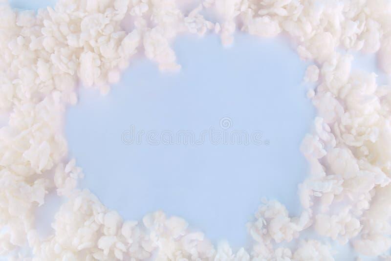 Abstraktes Füllmaterial bessert Hintergrund mit leerem Platz aus Rohbaumwollebälle auf blauem Hintergrund stockfotografie
