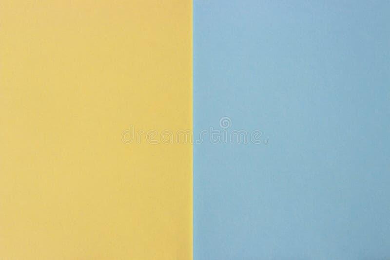 Abstraktes farbiges Papier, Pastellgelb und blauer Hintergrund stockbilder