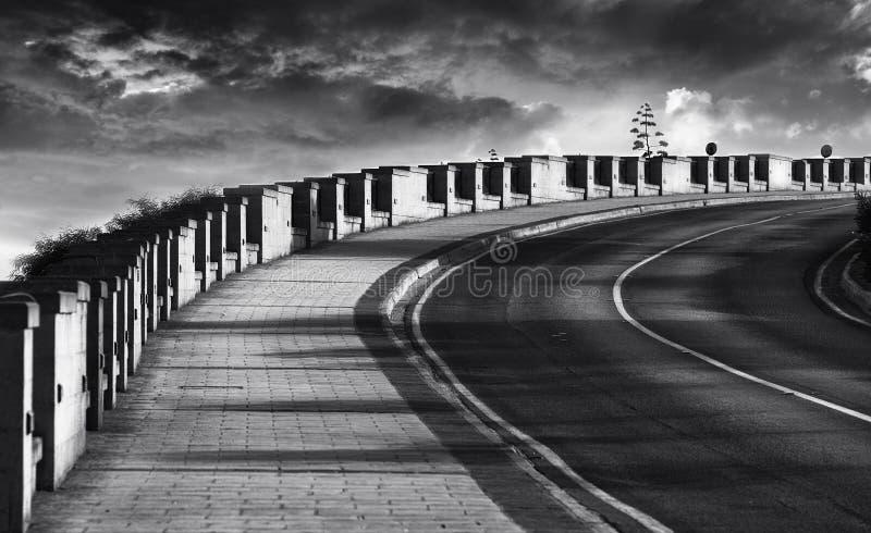 Abstraktes Foto der schmutzigen Straße in Schwarzweiss, Granitstraße, Schwarzweiss-Foto, diagonal Weise, Straße, Spalten, Diagona lizenzfreie stockfotos