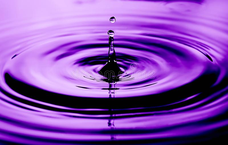 Abstraktes Foto von Wassertropfen Nettes Beschaffenheits- und Designfoto mit ultravioletter Farbe stockbild