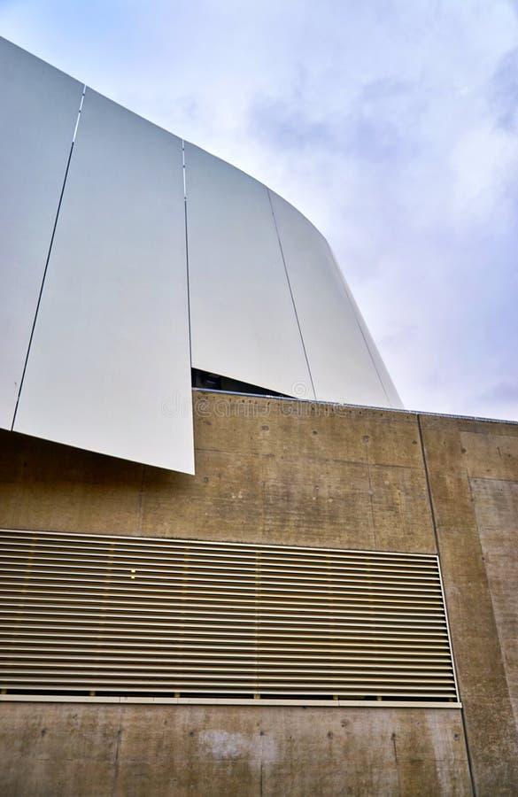 Abstraktes Fragment moderner Architektur mit Metall- und Betonwänden lizenzfreie stockfotografie