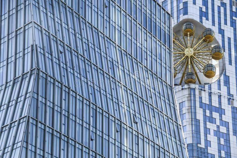 Abstraktes Haus des Glasbüros mit Goldkarussell backgrou lizenzfreie stockfotos