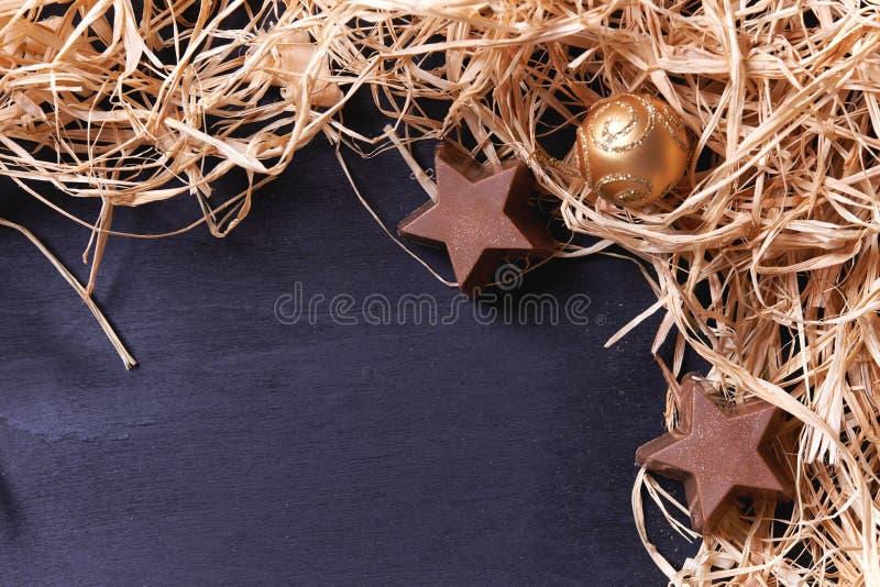 Abstraktes Hintergrundmuster der weißen Sterne auf dunkelroter Auslegung stockfoto