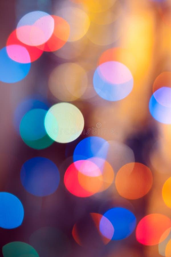 Abstraktes Hintergrundmuster der weißen Sterne auf dunkelroter Auslegung Festlicher abstrakter Hintergrund mit bokeh defocused Li stockbilder
