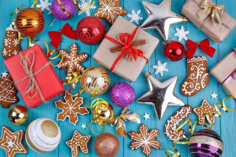Abstraktes Hintergrundmuster der weißen Sterne auf dunkelroter Auslegung Lebkuchenplätzchen, Geschenkboxen, Weihnachten lizenzfreies stockfoto