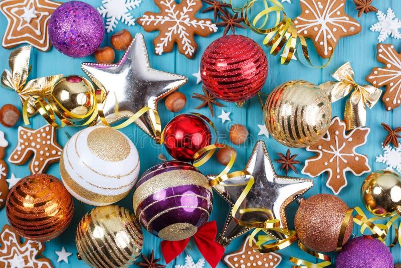 Abstraktes Hintergrundmuster der weißen Sterne auf dunkelroter Auslegung Lebkuchenplätzchen, Weihnachtsbälle, baub stockbild