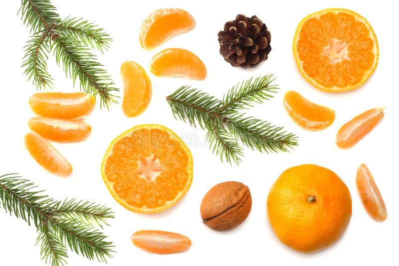 Abstraktes Hintergrundmuster der weißen Sterne auf dunkelroter Auslegung Mandarine mit Scheiben-, Kegel- und Tannenbaum auf Drauf stockfotografie