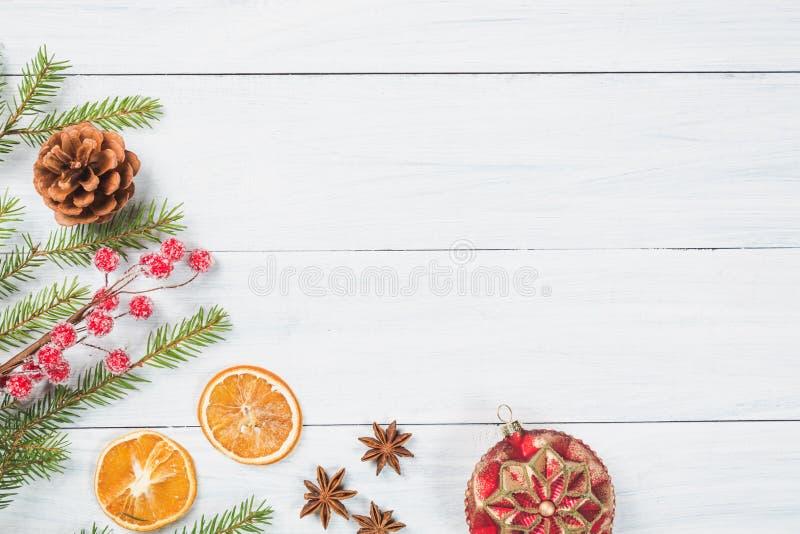 Abstraktes Hintergrundmuster der weißen Sterne auf dunkelroter Auslegung Tannenbaumaste mit getrockneter Orange, Anissternen, Wei stockfotografie