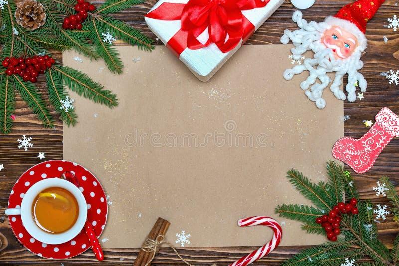 Abstraktes Hintergrundmuster der weißen Sterne auf dunkelroter Auslegung Weihnachtsfestliche Karte, Buchstabe für Sankt Beschneid stockfoto