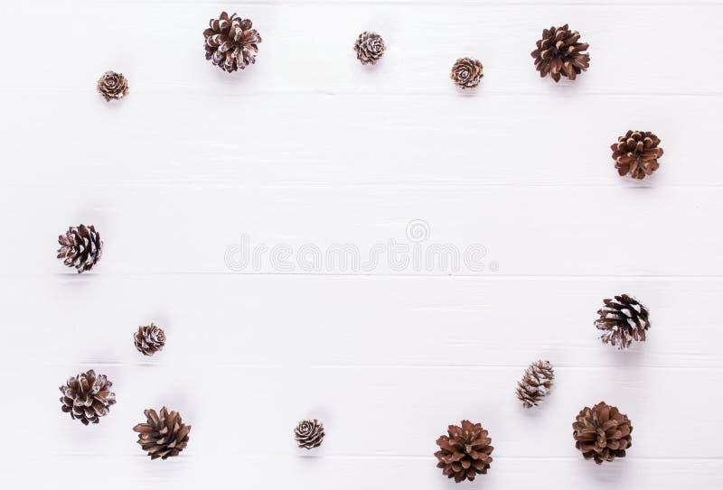 Abstraktes Hintergrundmuster der weißen Sterne auf dunkelroter Auslegung Weihnachtsrahmen machte Kiefernkegeldekoration rustikale stockbild
