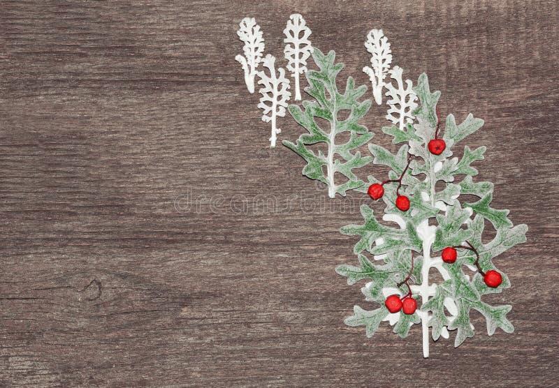 Abstraktes Hintergrundmuster der weißen Sterne auf dunkelroter Auslegung Weihnachtswald, ein Baum vom grauen und grünen Gras mit  stockfoto