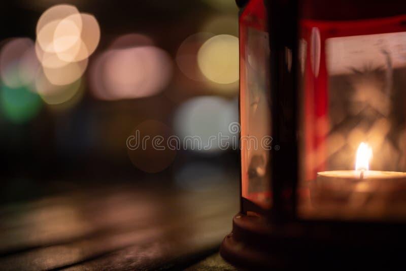 Abstraktes Kerzenlaternenlicht auf hölzerner Tabelle in Unschärfe bokeh Kneipe bezüglich lizenzfreie stockfotografie