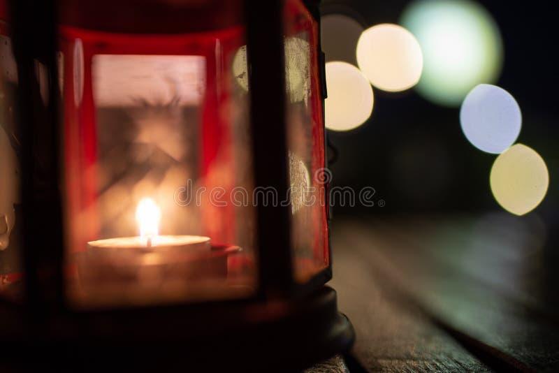 Abstraktes Kerzenlaternenlicht auf hölzerner Tabelle in Unschärfe bokeh Kneipe bezüglich lizenzfreies stockbild